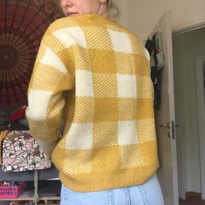 Lækker og frisk gul ternet strik / sweater fra Primark. Perfekt til sommeraftener! Byd endelig😁
