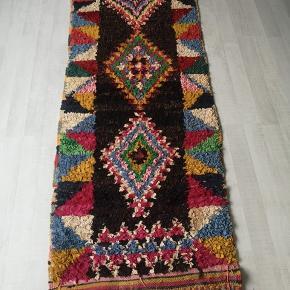 NY Håndlavet Marokkansk tæppe  Bomulds tæppe, berber tæppe boucherouite tæppe,  Kan vaskes i vaske maskine. 100 pct ren bomuld.   Se mine andre annoncer  Levering eller forsendelse med i prisen. 14 dage bytte garanti gives.  Tæppe måler 210 x 90 cm