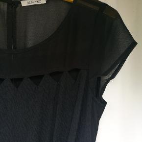 Sød buksedragt med flettet bælte og trekant-huller ved halsen. Rigtig fin når den er på.