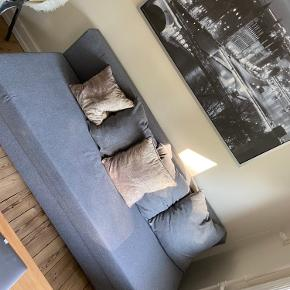 Sælger denne sovesofa fra Ikea. Kan muligvis gå ned i pris ved afhentning i dag. Lille hul i midten, også derfor prisen er sat langt ned.