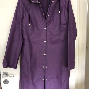 Lilla regnfrakke og bukser ('halvbukser', der dækker knæene). Frakken er aldrig brugt, men bukserne har været brugt få gange til en anden regnfrakke, men er fejlfrie).
