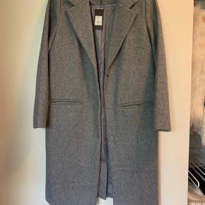 Sælger min Lækre frakke fra Magasin, da jeg aldrig har brugt den.   Ny stadig med prismærke   Nypris: 899,-