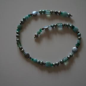Flot Connection kæde, har ikke været brugt, kæden er i flotte grønne farver, med sten og perler.