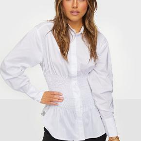 Den smukkeste skjorte fra Neo Noir. Den er ikke blevet brugt, må desværre indse at den ikke passer mig.   Den koster 500 fra ny og vil gerne så tæt på som muligt