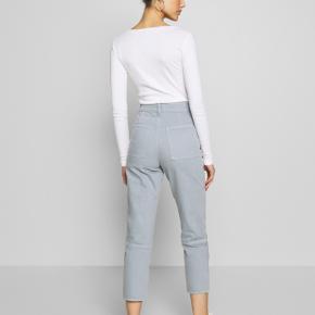 HJÆLP - JEG HAR FOR MANGE BUKSER! Derfor sælger jeg mine helt nye Cleo pants fra Weekday med et fedt råt udtryk. De er højtaljede og giver en virkelig fin numse. Selvfølgelig også lavet i økologisk bomulds-denim :-)