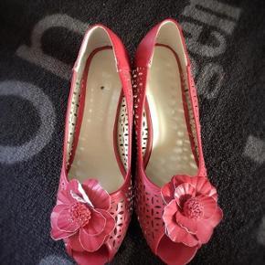 Pincastel flotte røde skindsko m rose str 38. Hælen er 6,5 cm høj