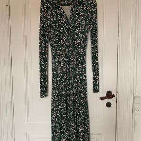 Super fin maxi kjole fra &Other Stories kun brugt gå gange. Den har skjortekrave og knapper hele vejen ned