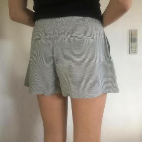 Sælger disse fine shorts fra Vila. Bytter ikke:-)  Shorts Farve: Sort/råhvid stribet