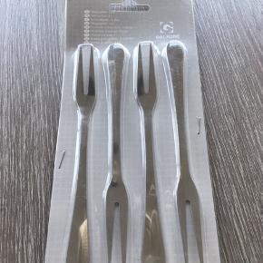 8 stk. pålægsgafler (Jeg har to pakker) fra Galzone Denmark. Længde: 15 cm Materiale: 18/8 stål Prisen er pr. pakke