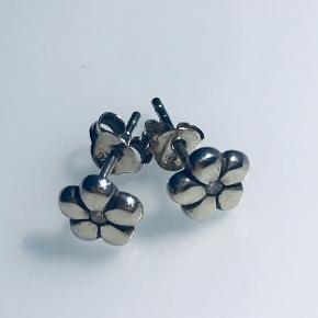 De fineste små blomster ørestikker med en lille rhinsten i midten.  Blomsten er ca. 7 mm Stemplet med 925 Sterling sølv. Æske medfølger ikke.   *Kom også gerne med et bud*