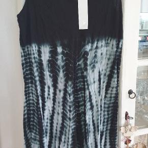 Ny sød batik kjole fra DNY. Der står 46/48 i den. Supersød med  hækle-blonde detalje øverst.