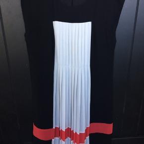 Smart elegant kjole med plisse forstykke