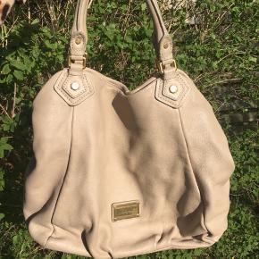 Super fin taske fra Marc by Marc Jacobs sælges. Den er i fin stand, og der er kun få brugstegn udvendigt på tasken. Modellen hedder Francesca, og dustbag til tasken medfølger.  Mål: 40 x 34 cm.  Mindstepris: 1500 inkl. porto.  Mvh. Nina