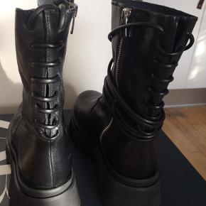 Sælger disse fede støvler. Jeg har max brugt dem en håndfuld gange. Fremstår som nye. Sælger dem da jeg har flere af den slags.