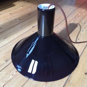 Meget velholdt Holmegaards lampe (pendel) i farven 'aubergine'. Fremstår i flot stand uden skår/skrammer/ridser. Diameter: 31 cm og højde: 22 cm