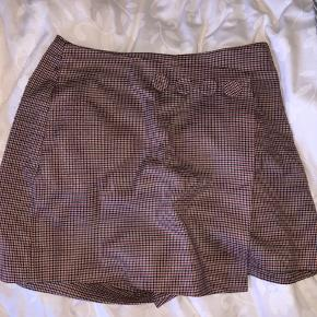 Nederdel foran og shorts bag fra
