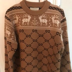 Det er tid til at gå med julesweaters! Så hvis du har fundet denne har du fundet den sødeste juletrøje.Dejlig varm gucci trøje Str S men fitter større Min mp er 2500kr kom gerne med bud