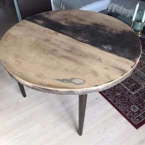 GØR DET SELV PROJEKT -  Skønt, gammelt, rundt spisebord som vi har prøvet at slibe på, men som desværre gik galt. Det sælges derfor med henblik på at blive malet.  Der er to tilhørende plader, så bordet kan blive større. Man kan også nøjes med at putte en enkelt plade på ad gangen.  Bordet er 115 cm i diameter og 71 cm i højden.  Slået ud med to plader måler det 235 cm.  Byd gerne :-)