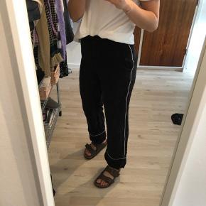 Smukke bukser med fint mønster Nypris: 600 kr