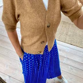 Super smuk nederdel fra Lollys laundry i den smukkeste blå farve.