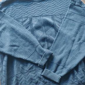 Rigtig lækker sweater med lækre detaljer. Jeg kender desværre ikke mærket, men kvaliteten er utrolig høj og den er dejlig tyk til vinter.   Kommer uden fejl eller kosmetiske mærker Kan ses i Hillerød eller sendes  Se gerne mine andre annoncer for mere tøj