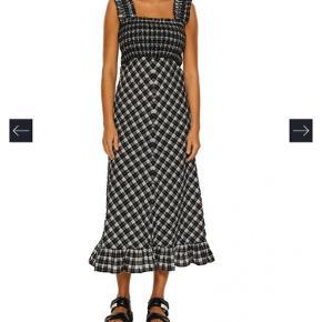 Rigtig flot og populær kjole fra Ganni. Kun brugt få timer og vasket en gang🧚🏼♀️ Str. 36 Forbeholder mig retten til ikke at sælge medmindre rette pris opnås ellers beholder jeg den selv✌🏼 Kan afhentes på Østerbro eller sendes med Dao mod betaling