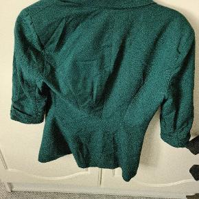 Flot grøn farve (ses ikke ordenligt på billede) blazer i str. Small. Lidt padding I skuldre, men ikke noget man ligger mærke til. Stadig i rigtig fin stand.  *Pris reducering da jeg har fundet nogle mindre slitage mærker på den.