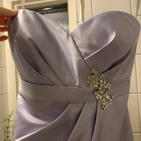 Brugt en enkelt gang.   Lavendel farvet Bill Levkoff kjole  Str 12