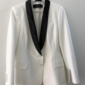 Flot figursyet jakke med sort revers. Super stilfuldt til sorte bukser og sort skjorte👌 Helt ny hvid blazerjakke Farve: Hvid