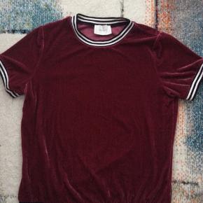 Velour T-shirt Sendes med dao for 37kr