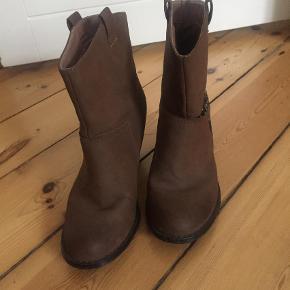 Brand: Vanelli Varetype: Cowboystøvler Farve: Brun Oprindelig købspris: 400 kr.  De er brugt 3-4 gange