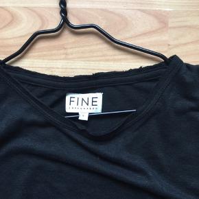 Lækker sort t-shirt med flæser på ærmerne 👍model Joy brugt 1 gang som ny