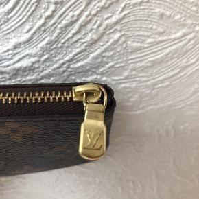 Louis Vuitton nøglepung Udsolgt online  Der er tegn på slid på lynlåsen Nøgleringen er lidt ridset  Prisen er fast Alt originalt medfølger