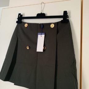 Sælger denne fine nederdel med foer fra 2nd day. Den er af 55% polyester og 45% uld☺️