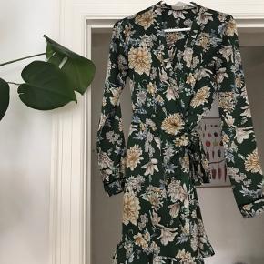 Flot wrap kjole med bindebånd i taljen ✨