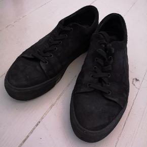 Lækre sko i sort ruskind fra svenske Hope. Har fået en fin patina, men ellers fortsat i fin stand. Normale i størrelsen. Modelnavn ukendt.