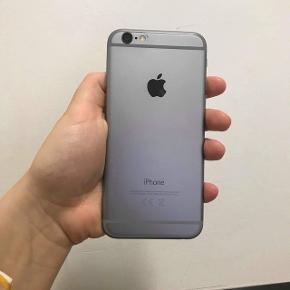 Næsten helt ny iPhone 6. Den fejler overhovedet ingenting. Det som kan ses ved kameraet på billede 1 er bare skidt og på billede 2 har telefonen panserglas på :)