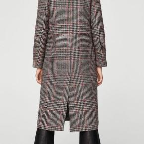 """Mango wool blend frakke med rød tråd/detalje ❤️ Da det er uld, kan man ikke undgå at der ligger et lille lag fnuller nogle steder på jakken, som kan tages med en uldbørste (jeg er under flytning, hvorfor jeg ikke selv har en børste jeg kunne bruge inden jeg tog billederne). Sidste billede viser det """"fnuller"""" som kan børstes af."""