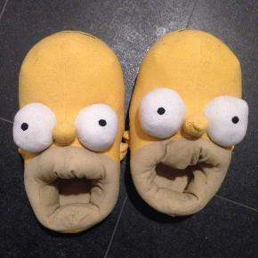 Brand: Homer Simpson Varetype: Hjemmesko Størrelse: 41-44 Farve: Gul Oprindelig købspris: 300 kr.  Sjove Simpsons hjemmefutter.   Købt i London.   Ikke brugt særlig meget.   Røgfrit hjem.   Forsendelse er med DAO men undersøger gerne om det evt. kan sendes billigere.   Sælger ud af mit tøj da jeg er alt for god til at købe og købe og så ligger det bare og samler støv i skabet. Det meste er brugt en enkelt eller to gange eller også er det helt nyt.  Husk at tjekke mine andre annoncer med tøj i store størrelser! :)