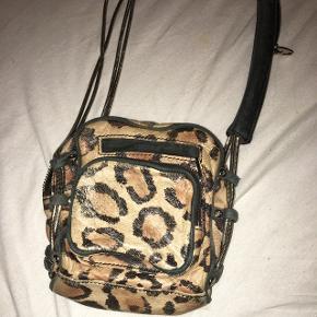 Leopardmønstret taske fra Alexander Wang. Kvittering haves stadig. Jeg har selv købt den brugt og da gav jeg 1500 for den. Tasken er i samme stand som da jeg købte den af forrige ejer. Nypris var 484 $.