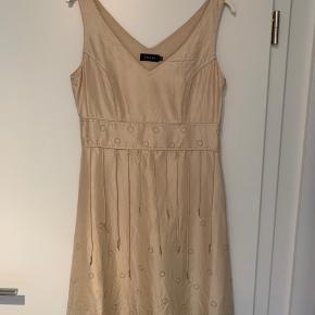 Sød kjole med lynlås i siden. Str. 36. Ca. 99 cm lang.