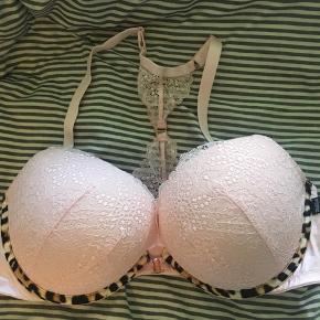 Bh fra Victorias Secret Str 36DD, svarer til 80E Aldrig blevet brugt, men er prøvet på.