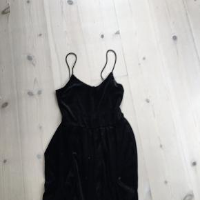 Det er en kjole men samtidig en buksedragt
