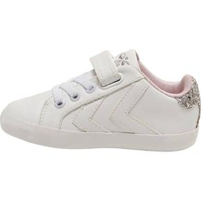 Helt nye hvide sneakers fra Hummel i str. 23 Stadig med prismærke på. Og i kasse. Jeg gav 350kr. For dem. Sælges for 199kr.  Kan afhentes i Søborg eller sendes    Sko fra Hummel Sød Hummel sko i hvid med de smarte velkendte Hummel-vinkler på begge sider. Bagpå er der en sølv gilmmer kant og på pløsen er der et sølv broderi af Hummel logoet. Hummel skoene har elastiske bånd over foden og en praktisk velcrorem over vristen, for en hurtig og let tilpasning. Indvendigt er de foret med rosa tekstil og i bunden er der en god, udtagelig indersål. Indvendige mål i cm ca.: Str. 23 = 14,4 Bemærk: Målene er vejledende og kan variere med få millimeter.