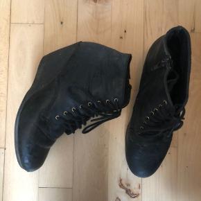 Sorte Bianco støvler 🖤 Slidte men stadig brugbare ♻️ Størrelse: 38 (lille i str.) 📏 Original pris: ca. 400 kr. 💰 Nu: 35 kr. 👌🏻 . #karolinesklædeskab