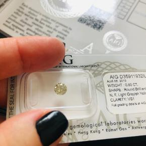 Smykkedele, brillant, AIG certifikat Meget smuk diamant. Perfekt til smykker eller som investering. Omsættelige. Sten: Diamant Total karatvægt: 0,60 Form / klippe: BrillantHvid  farve: Fancy Light Grå Gul Klarhed: VS1 Certificering: AIG Forseglet: Ja Lasergraveret: Nej- Diamond Report - IGL D35911932IL