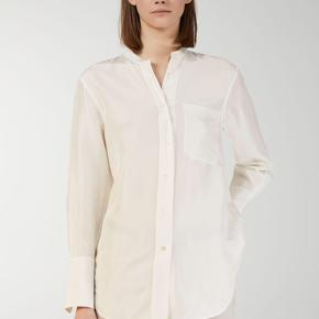 Fin silke bluse fra ARKET, brugt en gang og håndvasket—Nypris 990kr