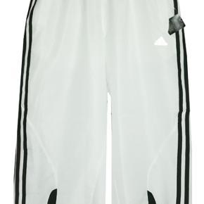 3/4 lange bukser fra Adidas Preformance Climacool, buksen er i 65% polyester og 35% recycled polyester mesh. Porto 37 kr