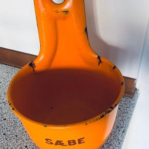 Retro Madam Blå sæbebeholder i en sjælden orange farve