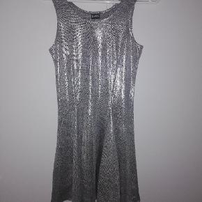 Kjole fra D-XEL. STR 16. 25 kr eller BYD 😊
